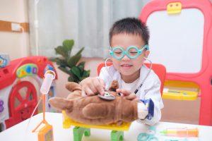 Read more about the article Bagaimana Pretend Play Dapat Mengembangkan Imaginasi Dan Kreativiti Anak?